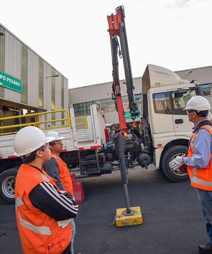 Operación grua pluma sobre camión